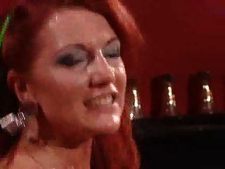 Puta madura en medias negras con pelos rojos ardientes