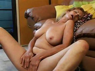 Madura masturbándose
