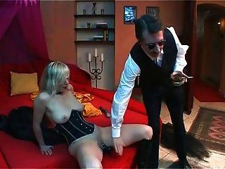 Rubia esclava consolador y cumming bajo el látigo