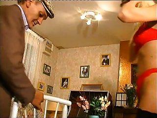 Une jeunette rubia s exhibe delante papy