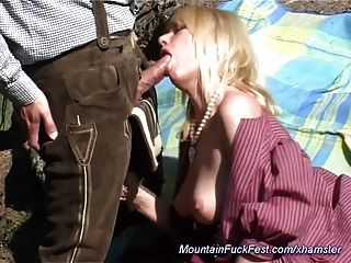 Milf ama el sexo anal en la montaña