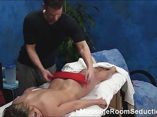 Caliente rubia seducida por masajista