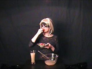 Gokkun aficionado bebe tres vasos de esperma!