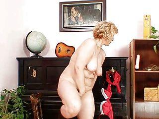 Mamá madura amateur extiende el coño de carne