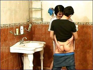 Chico mierda mujer madura en el baño que es ella
