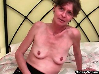 image Gran mamá jugando con sus enormes tetas y su viejo coño