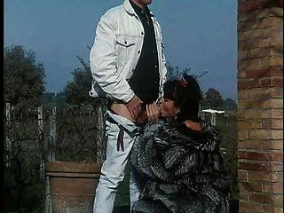 Mujer en abrigo de piel obtiene follada