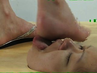 Cara en el suelo pie adoración y rostro pisotear