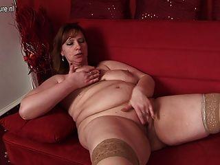Mamá grande ama para mojarse en su sofá
