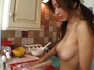 Chica tetona en la cocina