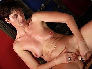 Abuelita caliente masturbándose en la sala de billar
