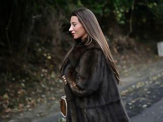 Exhibicionista: desnudo bajo el abrigo de piel de lujo y el cuello de punto de la vendimia