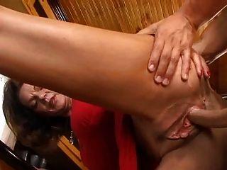 Madura seduce a un joven vendedor
