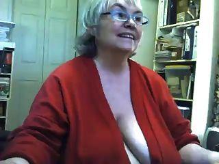 Tiras gordas de la abuelita saggy y se masturba en la webcam