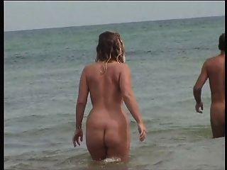 Mujer madura de pezones duros en la playa 3