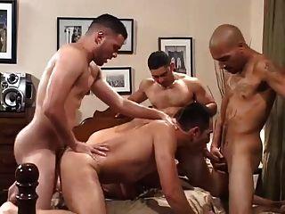 Cuatro latinos cachonda cumming dentro de su culo insaciable.