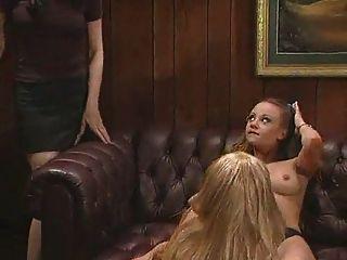 Lesbianas trío en la oficina