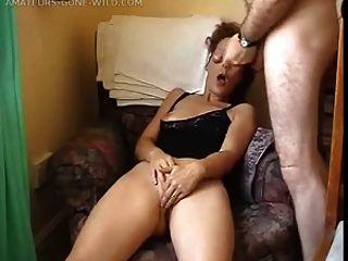Esposa masturbándose delante de su marido