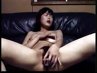 El aficionado asiático se masturba con una botella pequeña..rdl