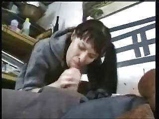 Joven morena monta vieja polla y obtener una carga facial