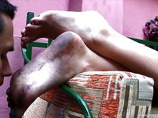 Lamiendo los pies sucios de linda dama
