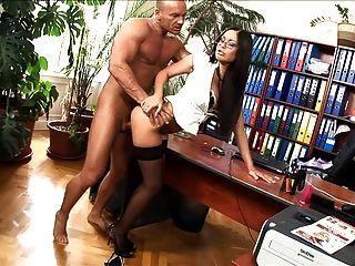 Caliente secretaria follada en los muslos altos y tacones altos