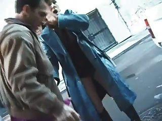 Ella se encierra en la calle