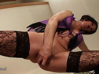 Kinky mama jugando con su coño mojado