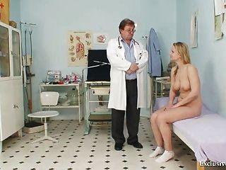 Zaneta tiene su espéculo gyno coño examinado por el médico de edad