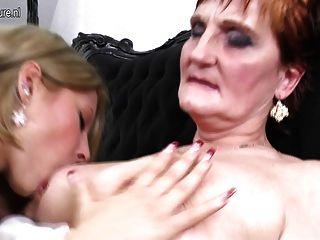 Abuela enseñando a una niña un amor lesbianas
