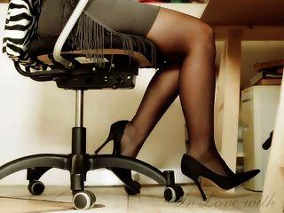 Largas piernas y pies y tacones altos chica de oficina