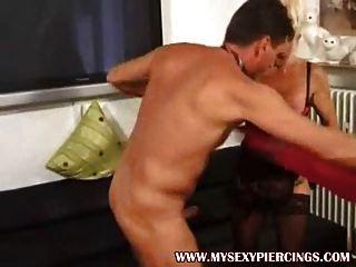Piercing abuela milf en negro medias opacas follada
