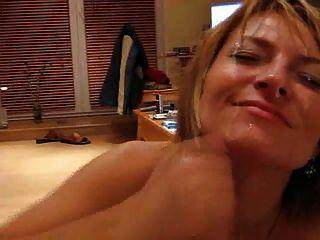 Milf caliente excita a su esposo y obtiene un facial