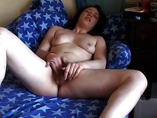 Cachonda gordita morena novia frotando su coño peludo