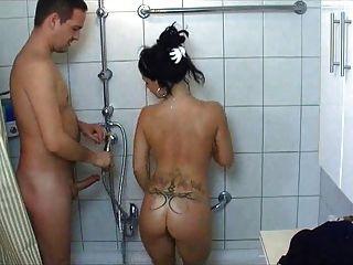Chica de colegio caliente se folla en la ducha
