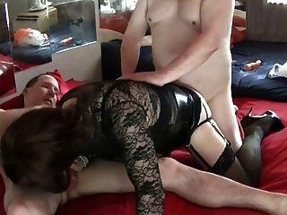 Un trío sexy con dos chicos encantadores 2