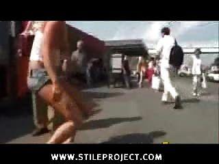 Chica desnuda en público pateado