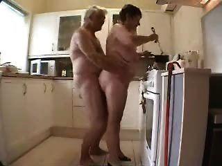 Abuelita y abuelo se divierten en la cocina