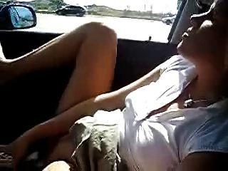 Mi esposa caliente masturbándose en el coche.Desnudo público aficionado