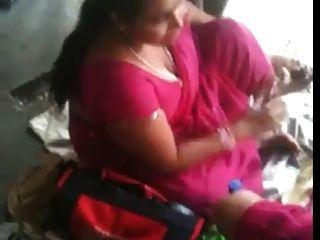 Busty indio milf en una estación de tren 2 (o) (o)