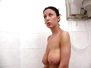 Morena busty milf sexy en la ducha