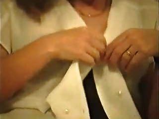 Mujer caliente en medias y tacones solo