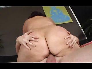 Perra gorda con tetas flexibles se folla duro