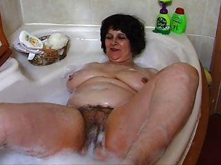 Abuela gordita en el baño