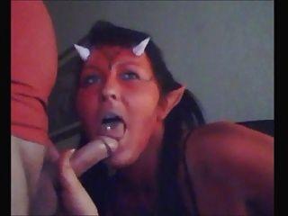 Horny devil chick chupa polla y come cum