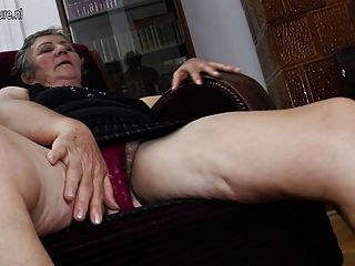 Vieja abuela folla a dos lesbianas más jóvenes
