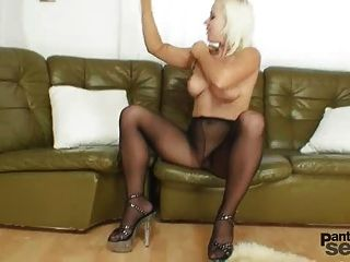 Bibi fox le gusta medias de nylon y pantyhose negro consolador masturbación