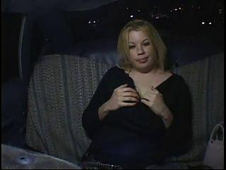 Cachonda gorda gordita chica de fiesta masturbándose en taxi