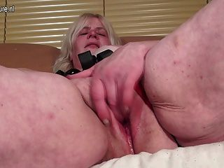 Abuela rizada conseguir su coño mojado
