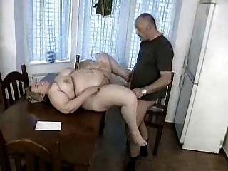 El hombre consigue cogido sacudiendo apagado por la abuelita del bbw